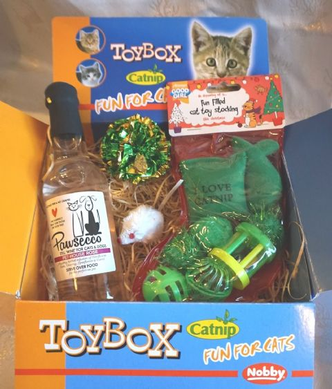 LUXURY CAT CHRISTMAS GIFT BOX WITH PAWSECCO WINE CATNIP TOYS AND TOY STOCKING